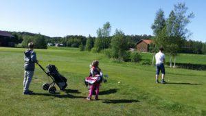 Praksiselevene Tristan & Konrad får golfinstruksjon av Lotta